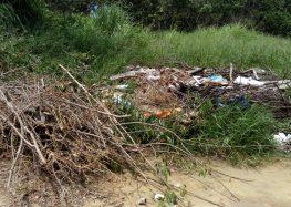 Terrenos continuam servindo para depósito de lixo e entulho em Meaípe, Guarapari