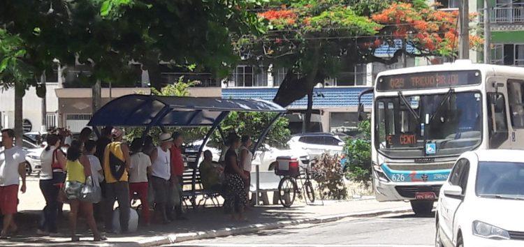 Moradores de Guarapari reclamam de demora dos ônibus no verão