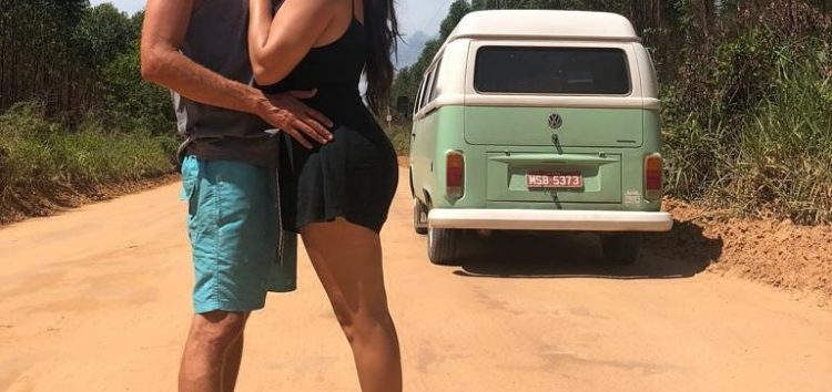Casal viaja em Kombi e pretende levar cinema para crianças de Guarapari