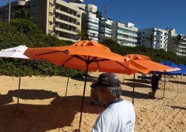 Fiscais recolhem materiais que loteavam praias de Bacutia e Peracanga em Guarapari