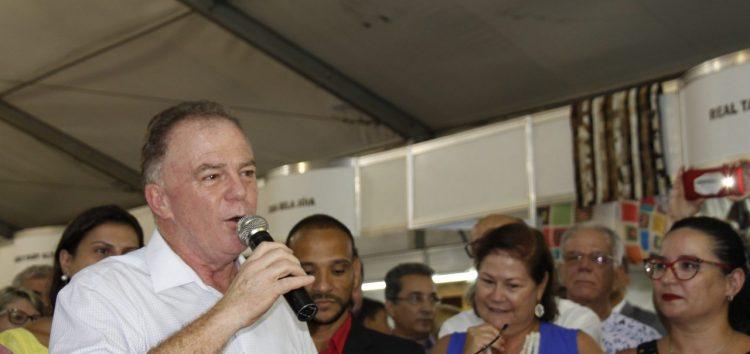 Casagrande visita feira e faz primeira agenda externa como governador em Guarapari