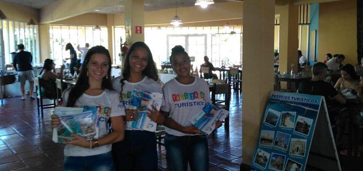 Facilitadores Turísticos de Guarapari auxiliam hóspedes em Café da Manhã