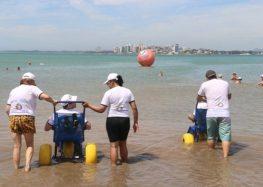Turista de Guarapari sente falta de cadeiras acessíveis na Praia do Morro