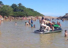 Embarcações são flagradas perto de banhistas em Peracanga, Guarapari