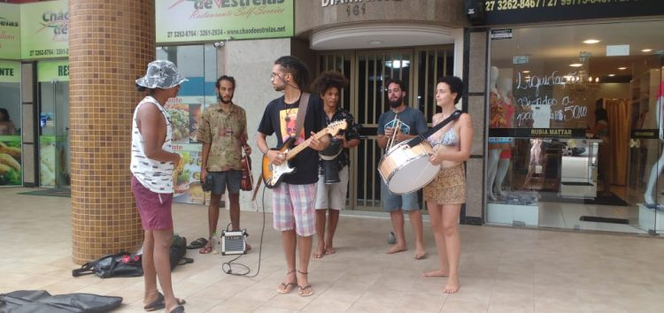 Músicos se apresentam em calçada e ganham a atenção do público em Guarapari