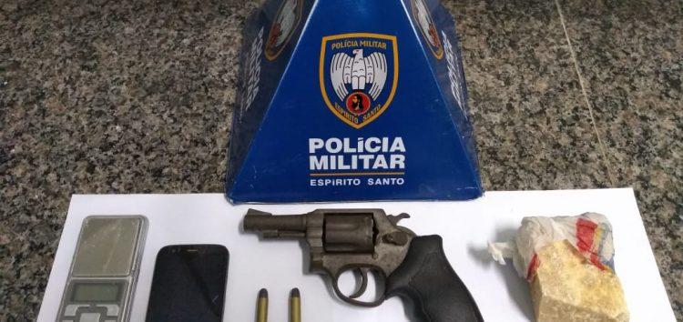 Homem é detido com arma e drogas após tentativa de fuga em Guarapari