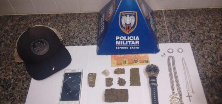 PM recupera moto furtada e detém assaltantes portando drogas em Guarapari