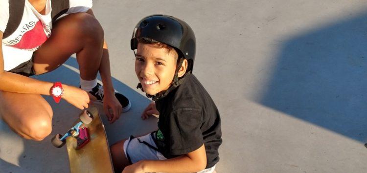 Skate doado se torna incentivo para menino cadeirante em Guarapari
