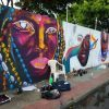 Artistas expõem arte a céu aberto pintando muro de Guarapari