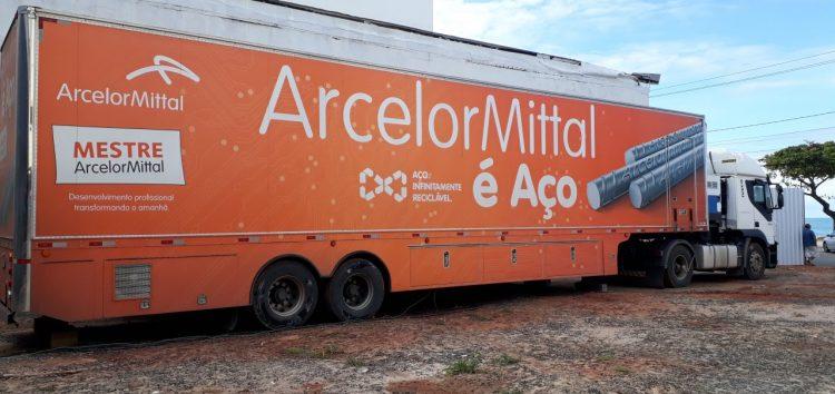 Caminhão Escola ArcelorMittal estaciona no Sindicig em Guarapari