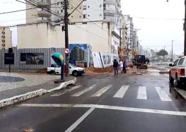 Por causa das chuvas, obra na Praia do Morro é atingida e trecho da Avenida Beira Mar é interditado