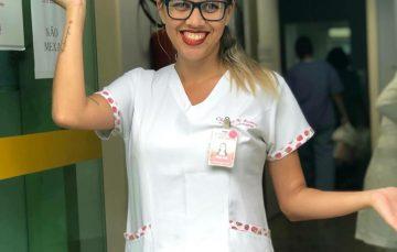 Técnica de enfermagem de Guarapari conquista pacientes com jeito diferenciado de levar a profissão