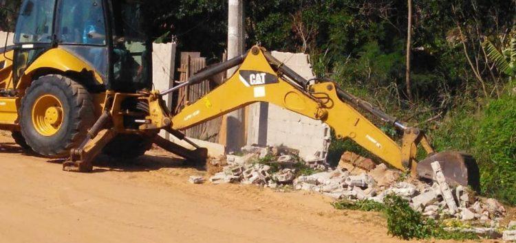 Muro construído em área de manguezal é demolido em Perocão, Guarapari