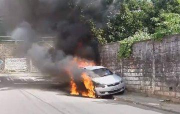 Sindicato e Federação dos Jornalistas repudiam ataque a carro da TV Vitória