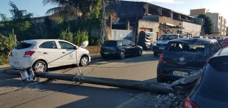 Carro atinge e derruba poste em Guarapari