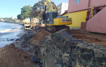 Secretaria de Obras públicas de Guarapari constrói barreira física na orla de Meaípe