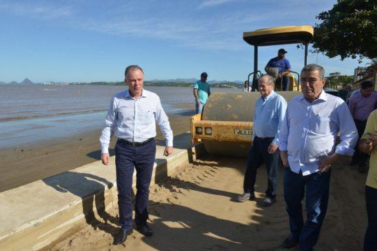 Governador e prefeito de Anchieta assinam ordem de serviço para urbanização da Praia de Castelhanos