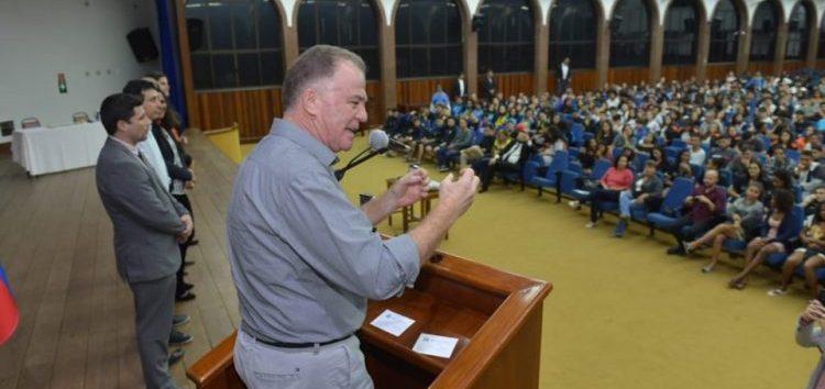 Governador prestigia atletas nas finais dos Jogos Escolares em Guarapari