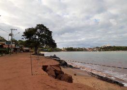 Força do mar continua avançando e destruindo a orla de Meaípe em Guarapari