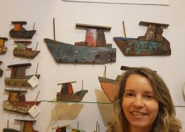 Madeiras de embarcações desativadas viram arte nas mãos de artesã de Guarapari