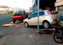 Morador denuncia carros nas calçadas e pedestres obrigados a andar na rua em Guarapari