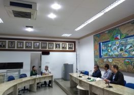 Secretária mostra números sobre investimentos na educação para vereadores em Guarapari