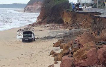 Idoso com sinais de embriaguez cai com carro na praia em Guarapari