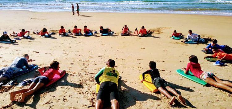 Escolinha de bodyboarding gera esperança para crianças e adolescentes de Guarapari