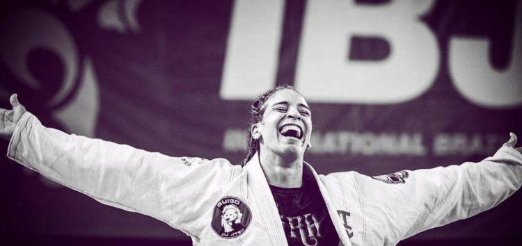 Lutadora guarapariense é a primeira do mundo na faixa marrom de Jiu-jitsu