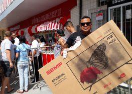 Moradores de Guarapari chegam cedo e fazem fila para conhecer a nova loja Simonetti