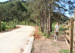 Produtor de Alfredo Chaves comemora melhorias com calçamento rural