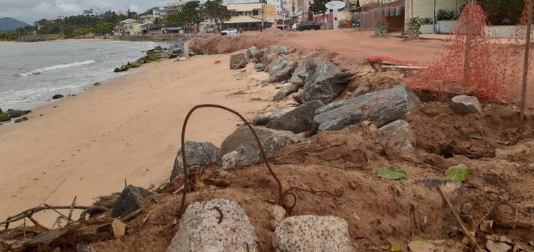 Moradores de Meaípe temem que muro não fique pronto antes do verão em Guarapari