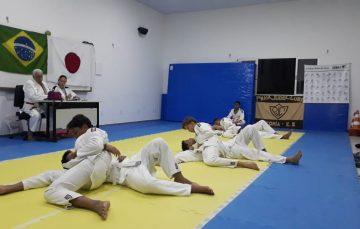Projeto oferta aulas gratuitas de judô e futebol em Guarapari