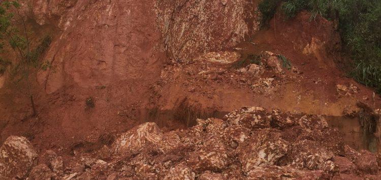 Desabamento de barranco assusta morador de Guarapari