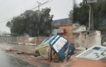 Chuva: Asfalto cede e 'engole' veículo em Guarapari