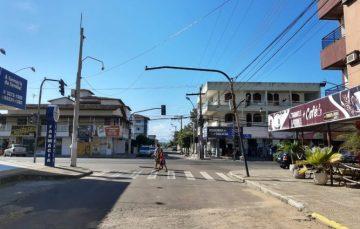 Poste preso apenas pela fiação preocupa moradores de Meaípe, Guarapari