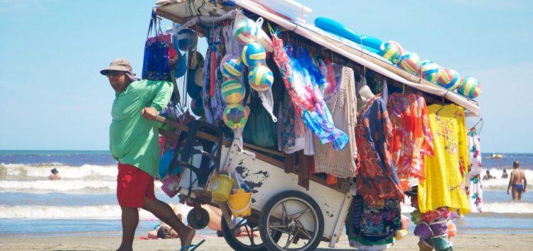 Prefeitura pretende aumentar fiscalização de ambulantes nas praias de Guarapari