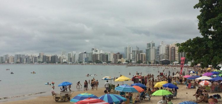 Guarapari tem praias cheias no primeiro sábado do ano