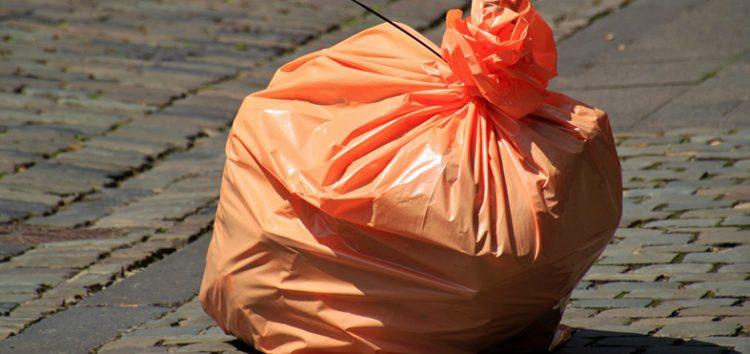 Vizinha deve indenizar moradora de Guarapari após ofensas por sacola de lixo em frente à residência