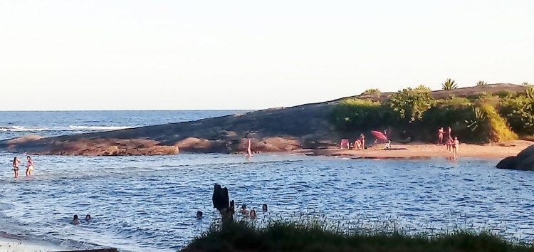 Isolamento Social: Registros mostram banhistas em praia de Guarapari