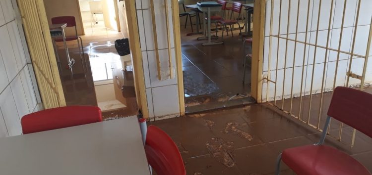Denúncia: Escola em Taquara do Reino alaga sempre que chove em Guarapari