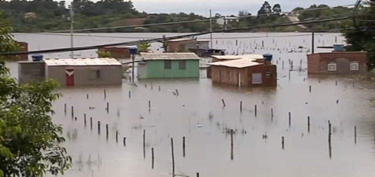 Dez dias após temporal, casas do bairro Village do Sol continuam debaixo d'água em Guarapari