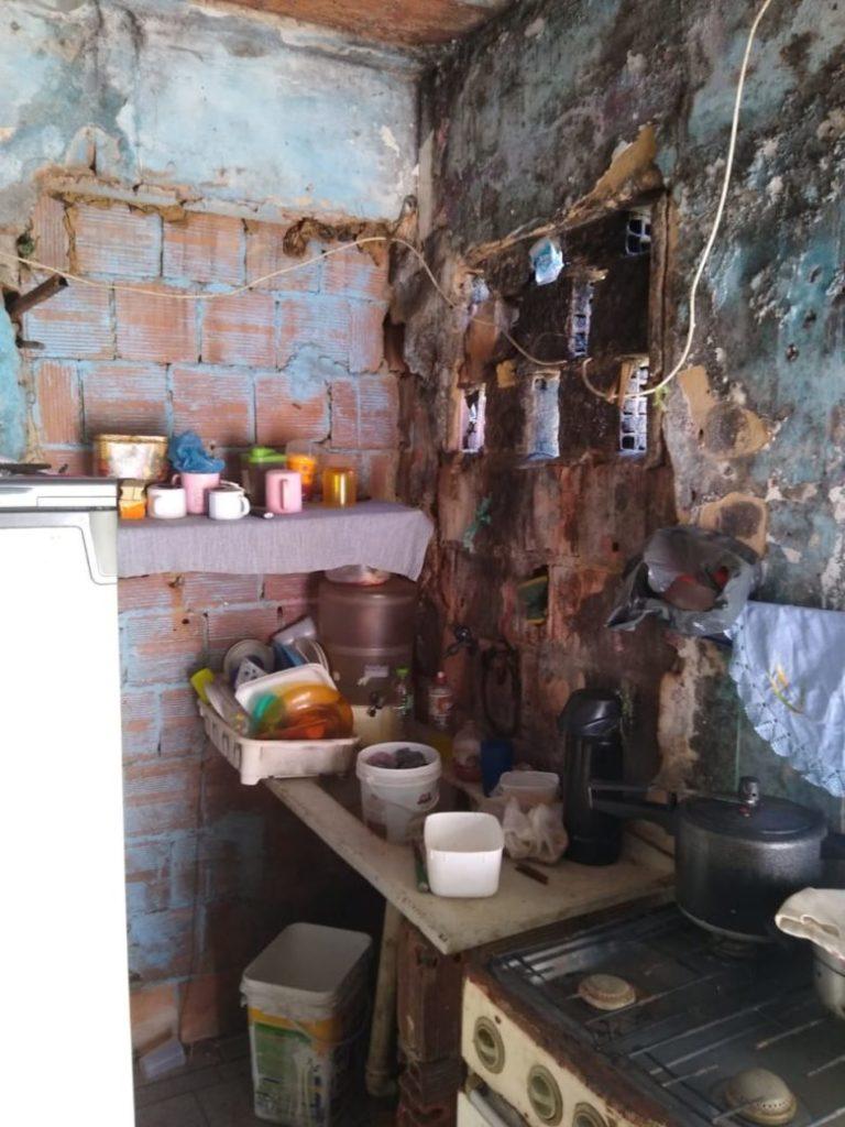 Moradores do bairro São Gabriel se unem para reformar casa de senhora em Guarapari
