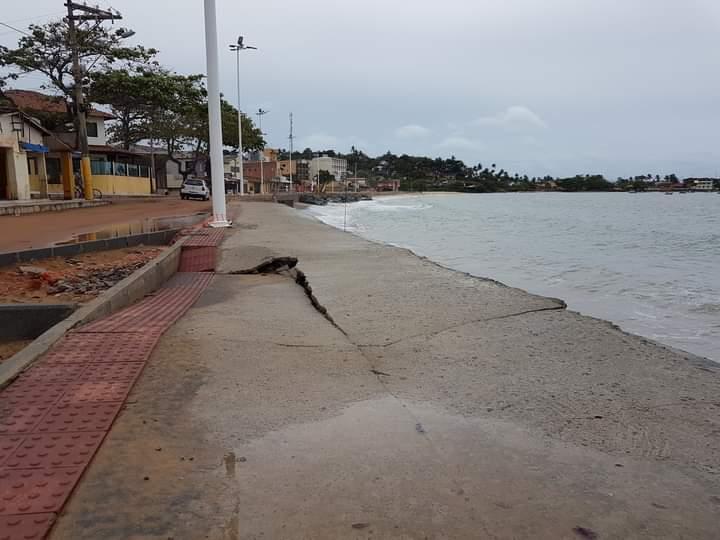 Guarapari: ressaca do mar quebra calçadão da Praia de Meaípe