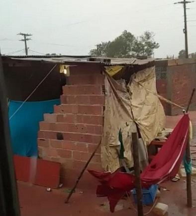 Guarapari: Chuva destrói barraco e grupo pede doações para construir casa para a família