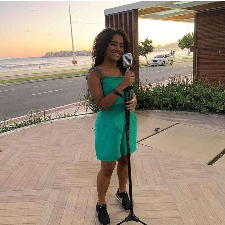Cantora de Guarapari é alvo de ataques racistas na internet e família cobra justiça