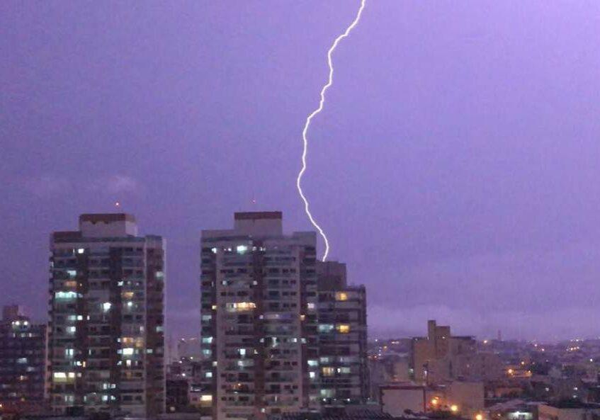 Chuva dorte em Vitória. Foto: Folha Online.
