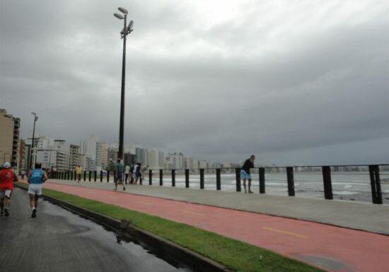 Praia do Morro em tarde nublada. Previsão de chuva.
