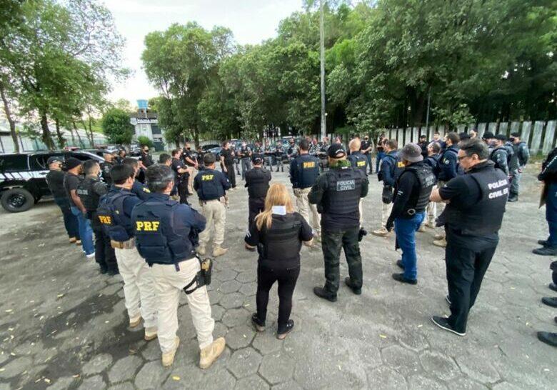 Políciais em reunião de preparação da operação caim