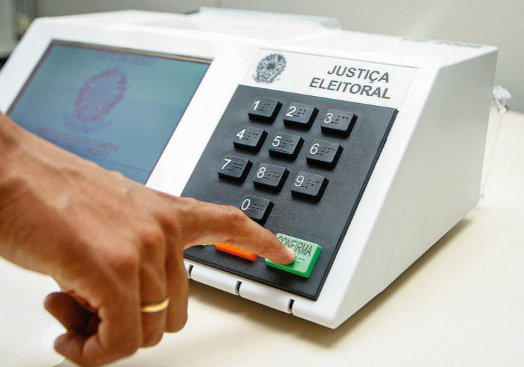 DemonstraÁ¿o do uso da urna eletrÙnica para as eleiÁ¿es de 2006.